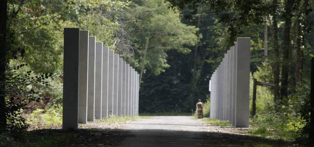 Paseo de entrada con 27 columnas-memoriales