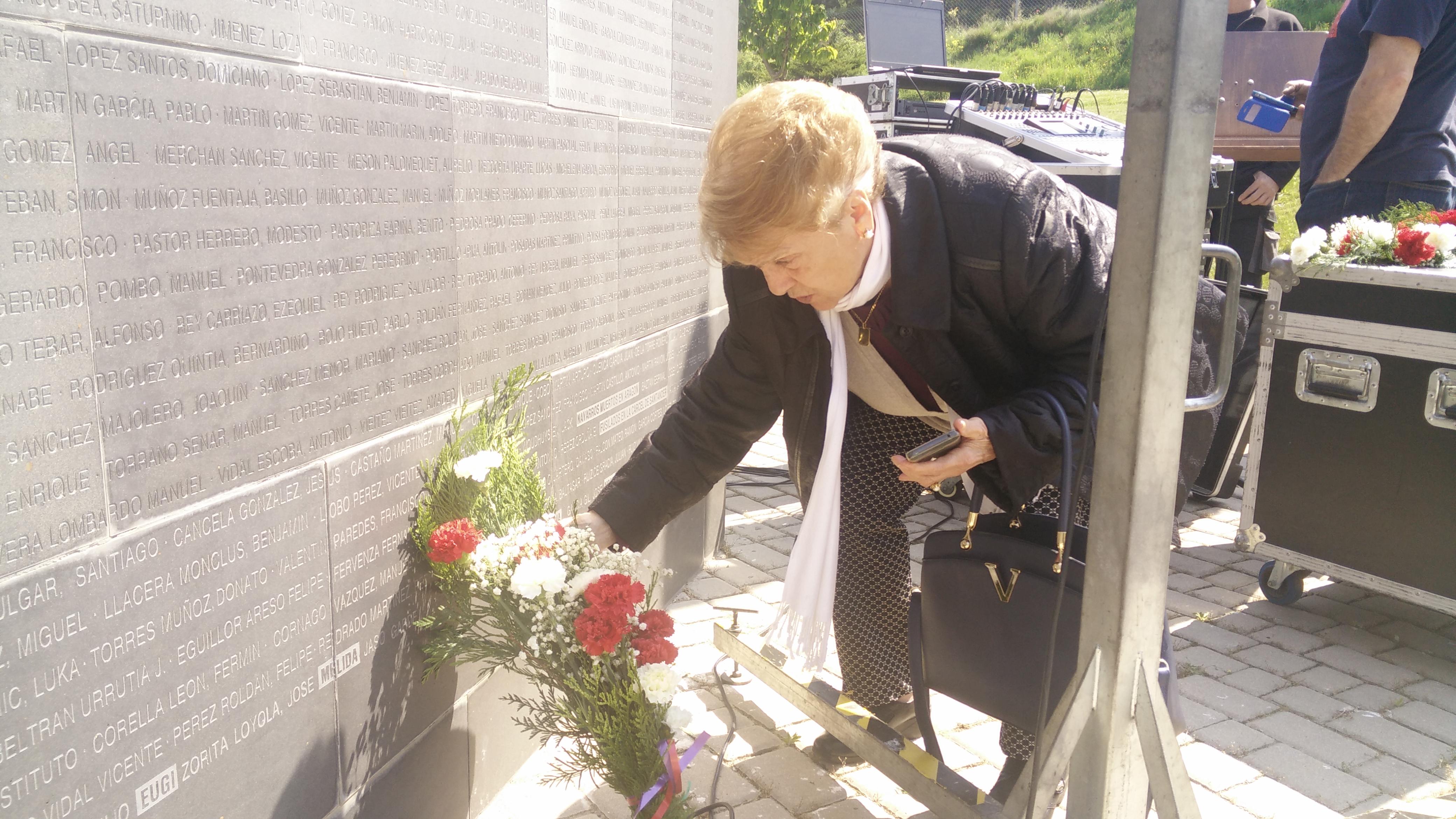 Áurea Jaso. Unas flores en el muro con los nombres de su padre y sus tíos.