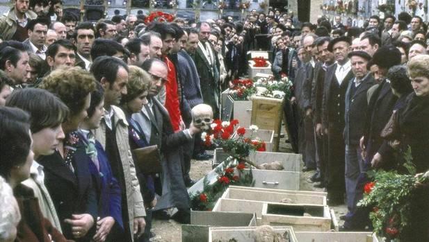 En 1979 se realizó el acto de entrega de los restos de las víctimas a los familiares en el cementerio de Torrero. Foto: Instituto Navarro de la Memoria